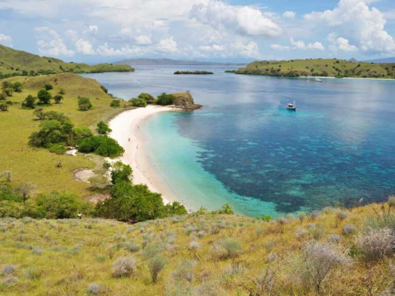 800 - Flores - pink-beach-one-of-tropical-beach-in-flores-island-indonesia(1)