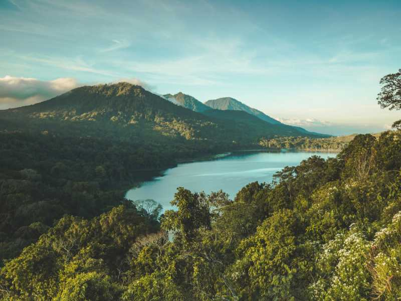 800 - Bali aktiv - batur-lake-surrounded-by-forest-and-volcano