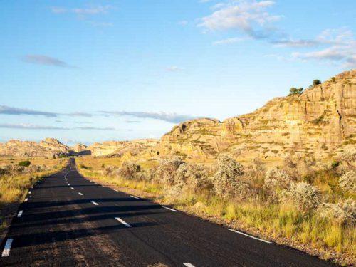 800 - Madagaskar - the-asphalt-road-through-the-landscape-of-the-island-of-madagascar