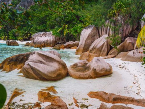 800 - Seychellen - tropical-beach-with-granite-boulders-at-seychelles-travel-exotic-tourism-and-nature-concept